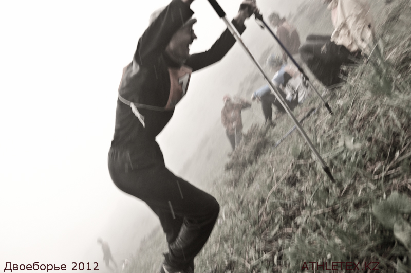 Чемпионат по альпинистскому двоебрью. Фото первого этапа: бег в гору.