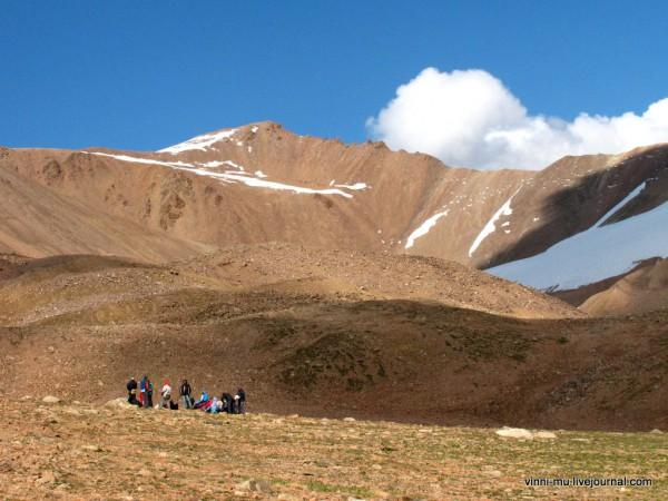 В 2009 году пограничный режим казахско-киргизской границы не был столь строг как сейчас, ина всем пути нам попадались туристические группы, в основном российские.