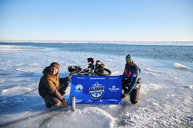Успешно финишировал ледовый велозаезд по озеру Балхаш.